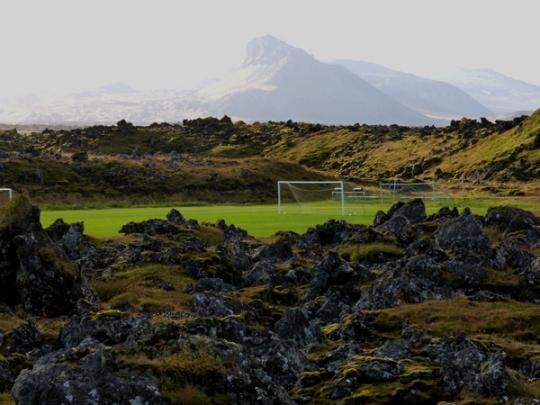 Isländischer Charme: Der Sportplatz in Rif (Bild: M. Hubert)
