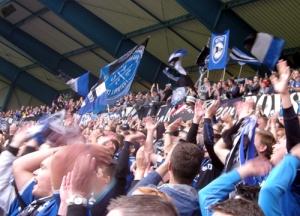 Aus dem Häuschen: Die Arminen bejubeln den Sieg über die Kölner Fortuna (Quelle: Kickschuh-Blog)