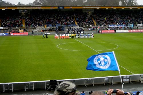 Die beiden Teams nehmen vor dem Spiel Aufstellung.