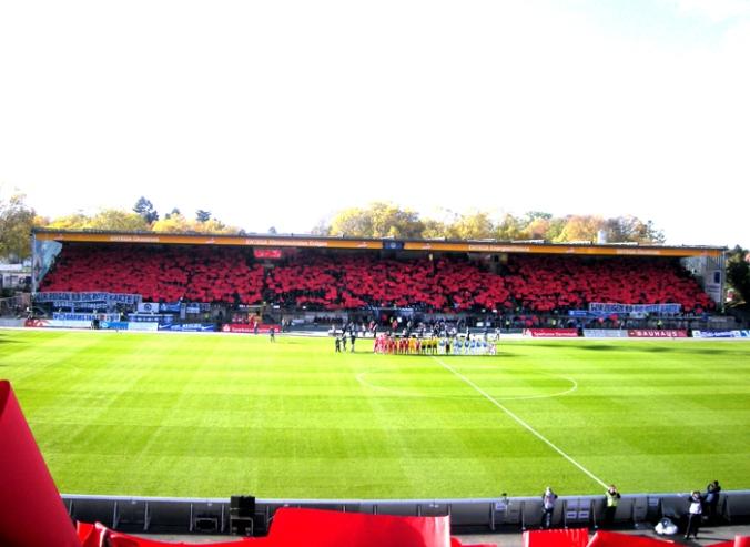 Ein Stadion sieht vor der Partie gegen RB Leipzig rot (Quelle: kickschuh.wordpress.com)
